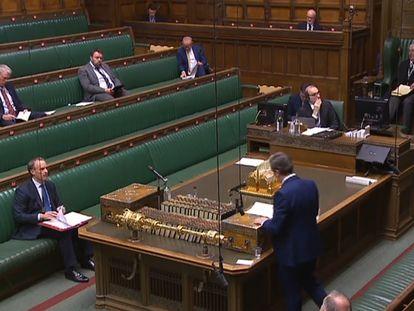 El líder laborista, Keir Starmer, pregunta este miércoles al ministro de Exteriores, Dominic Raab, en una Cámara de los Comunes casi vacía.