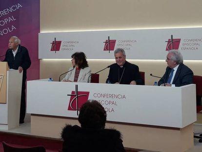 El obispo de Bilbao, Mario Iceta (en el centro), presenta un documento sobre los cuidados al final de la vida.