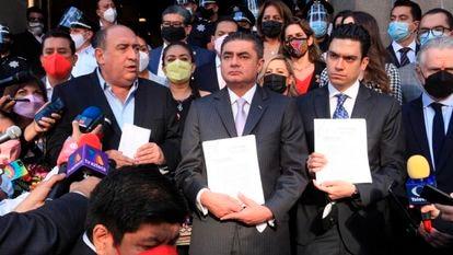 Miembros de la alianza Va por México presentaron este jueves una acción de inconstitucionalidad contra el referéndum de revocación del mandato de López Obrador.