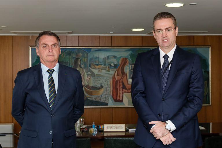 Bolsonaro este lunes con el recién nombrado  jefe de la Policía Federal, Rolando Alexandre de Souza.