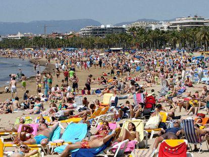 La playa de Salou, repleta de gente en una imagen de archivo.