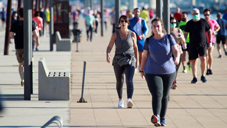 Varias personas pasean en Algeciras, a finales de mayo.