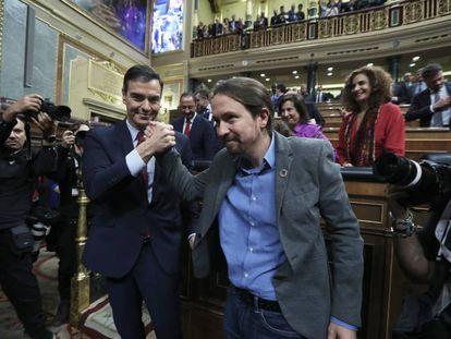 Pablo Iglesias felicita a Sánchez tras la votación.