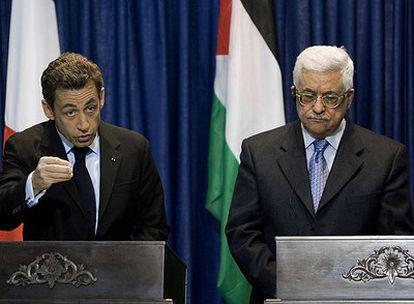 El presidente francés, Nicolas Sarkozy, se dirige a la prensa en Ramala junto al líder de la Autoridad Palestina, Mahmud Abbas