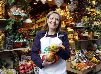 Benita Ferrero-Waldner, fotografiada en una frutería de Madrid.