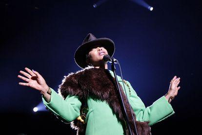 Un momento del concierto que Erykah Badu ofreció ayer en el Circo Price.