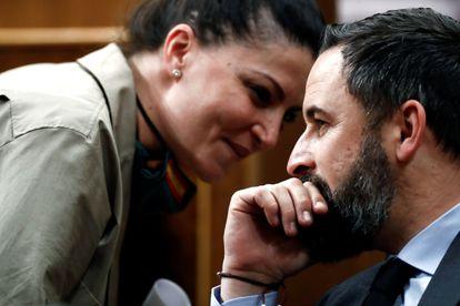 La secretaria general de Vox en el Congreso, Macarena Olona, habla con Santiago Abascal el jueves pasado en el Congreso.