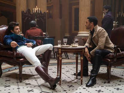 En esta escena, tanto Anthony Bridgerton como Simon Bassett visten con prendas derivadas del uniforme impuesto por Brummell a principios del siglo XIX. Las gamas cromáticas, más propias del siglo XXI, sirven para subrayar el carácter de los personajes.