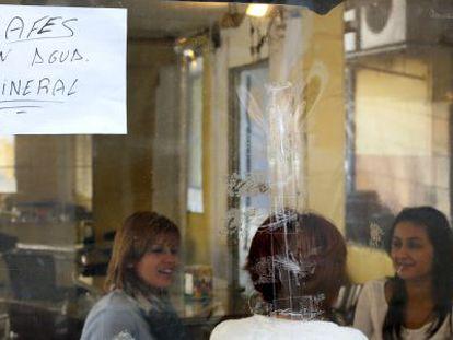 Los establecimientos de Alzira avisan a los clientes de que usan agua mineral, dado que el agua del grifo no es potable.