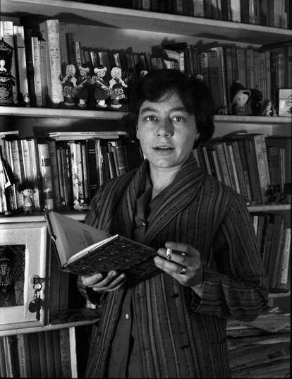 Alejandra Pizarnik, en su biblioteca en una imagen cedida por Archivo Flia D'Amico-Digisi.