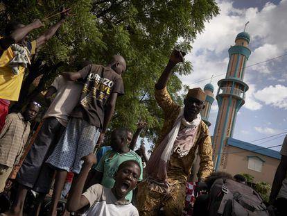 Manifestantes junto a la mezquita de Badalabougou de Bamako, donde predica el imam Mahmud Dicko, el pasado día 12.