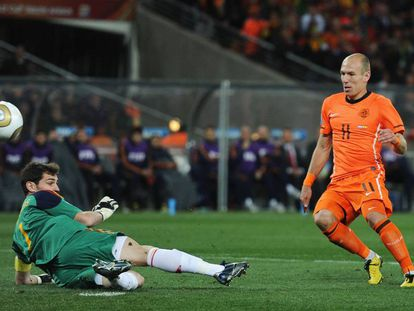 Iker Casillas detiene el mano a mano de Robben en la final del Mundial de 2010 en la que España acabó imponiéndose a Holanda gracias a un gol de Iniesta en la prórroga.