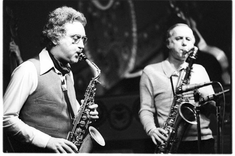 Lee Konitz (izquierda), con Warne Marsh en una actuación de 1950.