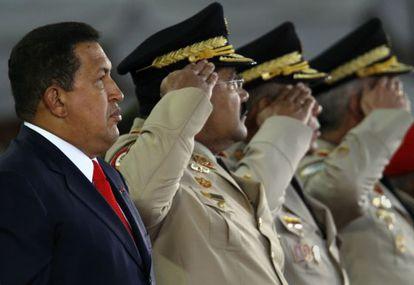 Chávez junto a militares en 2008.