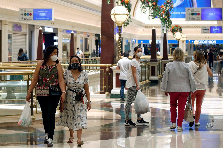 Varias personas pasean por un centro comercial de Barcelona, en junio.
