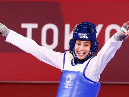 La española Adriana Cerezo festeja la medalla en los Juegos Olímpicos de Tokio.