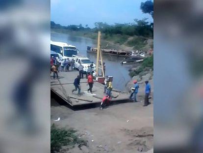 Momento en el que el ferry atraca en la arena y el hombre cae.