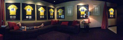 Lance Armstrong con sus siete 'maillots' amarillos, en una fotografía publicada por el ciclista en su perfil de Twitter en noviembre de 2012.