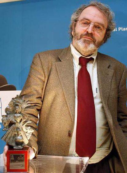 El ensayista, poeta y novelista vasco Jon Juaristi posa con el galardón tras ganar el XXXI Premio Azorín de Novela.