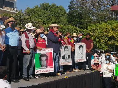 El candidato de  Morena Félix Salgado Macedonio con los padres de los 43 estudiantes de Ayotzinapa el pasado 16 de marzo en Iguala, Guerrero.