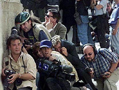 Periodistas gráficos y radiofónicos cubren una manifestación en Jerusalén.