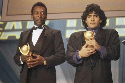 Pelé y Maradona, durante una ceremonia de premio en 1987 en Italia.