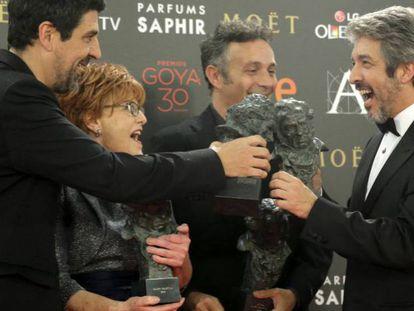 FOTO: Cesc Gay, la productora Marta Esteban, el actor argentino Ricardo Darín y el guionista Tomás Aragay, posan con los Goyas por la película 'Truman' (2016)./ VÍDEO: Tráiler de 'Truman'.