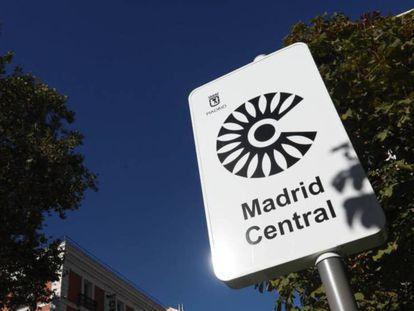 Un cartel con el logo del Área de Prioridad Residencial Madrid Central. En vídeo, declaraciones de la portavoz del Gobierno municipal de Madrid.