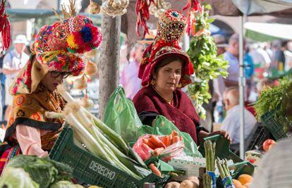 Vendedoras de verduras, con trajes típicos de la zona, el martes pasado en la Plaza Mayor de Plasencia.
