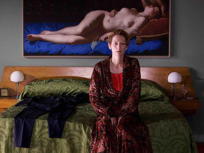 La actriz Tilda Swinton protagoniza 'La voz humana' de Pedro Almodóvar. Encima de su cama cuelga una reproducción de Venus y Cupido, cuyo original fue pintado en 1625 por la artista barroca Artemisia Gentileschi
