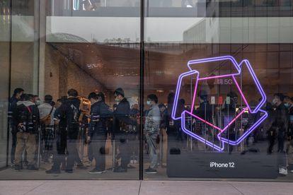 Compradores en un centro comercial en Pekín ayer lunes.