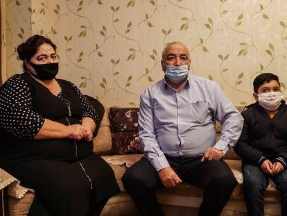 Sumaya Isayeva, Asif Isayev y el hijo de unos vecinos, en un edificio de apartamentos construido en 2015 en la localidad de Barda, este diciembre.