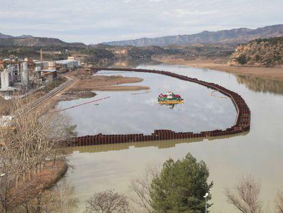 Trabajos de descontaminación del pantano de Flix.