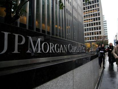 Un letrero de JP Morgan Chase Bank se ve frente a la torre de su sede en Manhattan, Nueva York, EE. UU., 13 de noviembre de 2017. REUTERS / Amr Alfiky