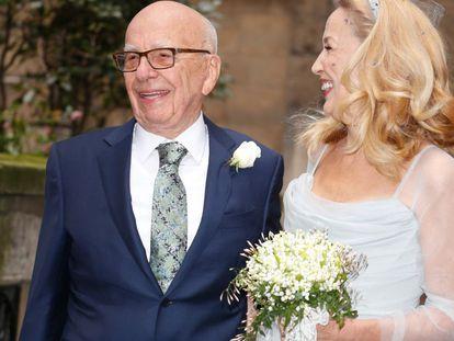 Jerry Hall y Rupert Murdoch tras la ceremonia religiosa.