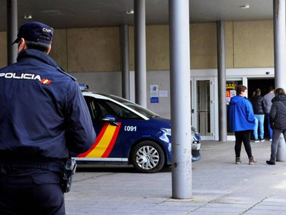 Un agente de la Policía Nacional vigila la entrada del hospital Río Carrión, en Palencia.