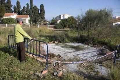 Una persona observa un pozo ilegal tapado por el Ayuntamiento de Rincón de la Victoria (Málaga).