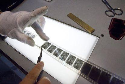 Una de las restauradoras de L'Immagine Ritrovata se sirve de un bisturí para rescatar una secuencia deteriorada.