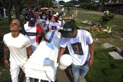 Familiares y amigos cargan el ataúd de Juan David Muñoz, un manifestante que murió durante las protestas contra el Gobierno de Iván Duque, en Cali, el pasado 20 de junio.