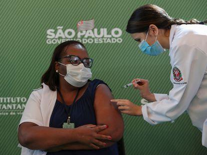 La enfermera Mónica Calazans, 54, recibe este domingo en São Paulo la primera vacuna del coronavirus administrada en Brasil.