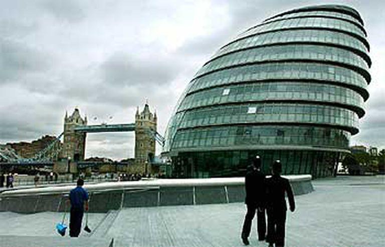 El nuevo City Hall (Ayuntamiento) de Londres, obra del arquitecto Norman Foster, se inauguró en julio del año pasado en South Bank, la orilla sur del río Támesis, cerca del Tower Bridge, el puente que se ve al fondo.