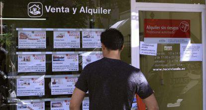 Un escaparate de una inmobiliaria en Madrid, con anuncios de pisos en venta.