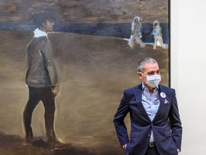 El coleccionista José Ramón Prieto junto a la obra que da nombre a la exposición 'Womanology', de Lynette Yiadom-Boakye, en el Museo de Bellas Artes de Bilbao.