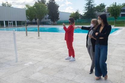 La concejal delegada de Deporte, Sofía Miranda; y la vicealcaldesa, Begoña Villacís, en la Piscina CDM Casa de Campo.