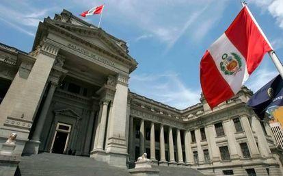 El edificio del Palacio de Justicia en Lima, Perú.