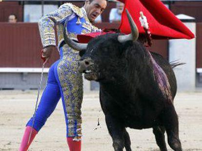 Manuel Jesús El Cid, durante la faena con su primer toro.