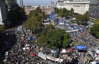 Vista panorámica de la Plaza de Mayo en el Día de la Memoria.