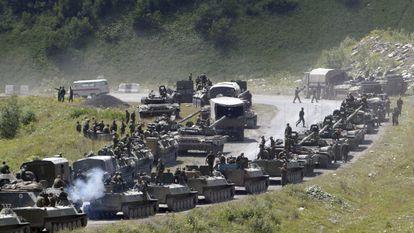 Vehículos armados rusos se dirigen hacia Osetia del Sur, en agosto de 2008.