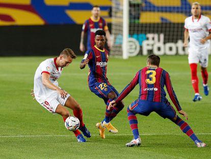 De Jong trata de regatear a Ansu Fati y a Piqué este domingo en el Camp Nou.