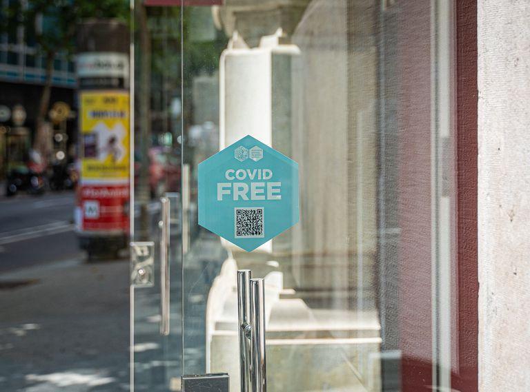 """Un comercio del paseo de Gràcia con sello """"Covid Free"""" en las puertas de acceso."""